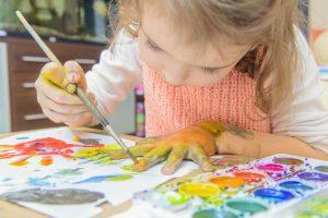 kreative børn der maler
